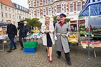 Berlin, 23.09.2021: Franziska Giffey, Kandidatin der SPD für das Amt der Regierenden Bürgermeisterin von Berlin, bei ihrem Besuch auf dem Schlossplatz in Berlin-Köpenick. Hier zusammen mit dem Hauptmann von Köpenick beim Bummel über den Wochenmarkt.