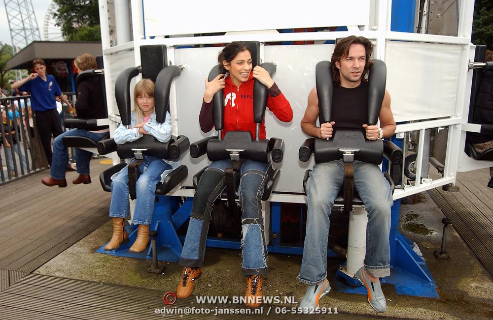 Acteurs bezoeken Six Flags Biddinghuizen, Linda Janssen, Touriya Haoud en Spiros Chalos
