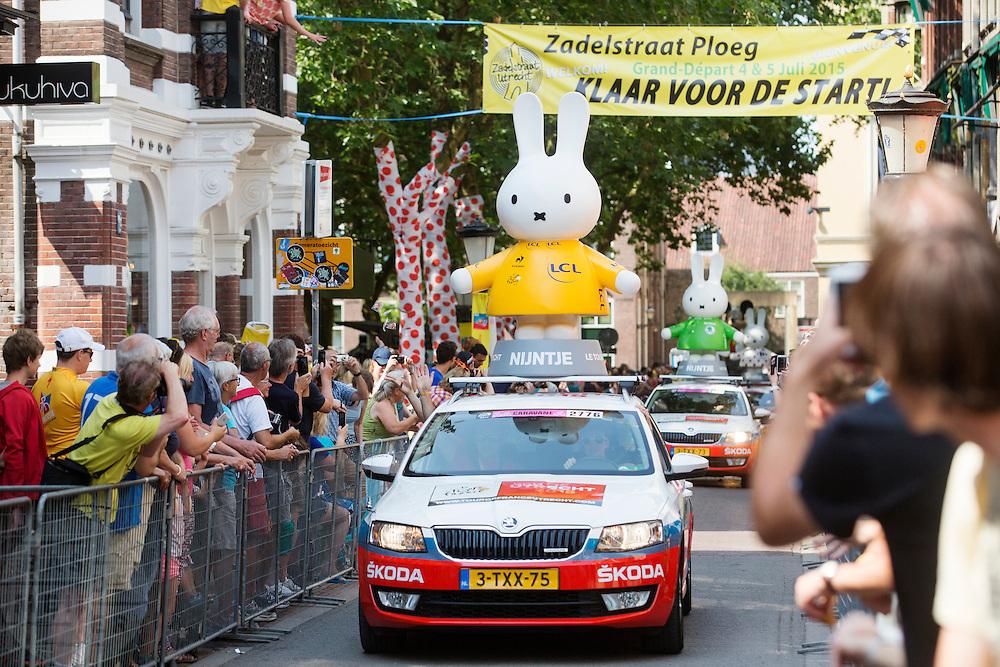 Nijntje rijdt voorop in de reclamecaravaan door de Zadelstraat. In Utrecht is de tweede etappe vanTour de France van start gegaan.<br /> <br /> In Utrecht the second stage of the Tour de France has started