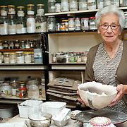 Kunstenares Lissy Frank woonachtig van Limburg Stierumlaan 10 Huizen in haar atelier