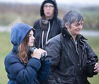 DOMBURG - Jeugdlid Agnes (12) met haar moeder. Birdwatching op de golfbaan van de Domburgsche Golf Club olv Vogelaar / bioloog Floor Arts met baancommissaris Inge Boomsma en hoofdgreenkeeper Arjen Bosschaart. Een natuurvriendelijk en milieubewust beheerd golfterrein biedt voor de golfer een interessante en uitdagende omgeving en bevordert de beeldvorming van de golfsport als een 'groene' sport.  Het beleid kent drie programma's: Committed to Green, Golfers love Birdies en Green Deal. COPYRIGHT KOEN SUYK