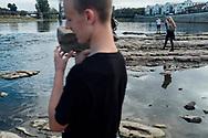 9.09.2018 Magdeburg, Domfelsen, Elbe.<br /> <br /> Wenn die Elbe normal Wasser führt ist sie am Dom etwa 100m breit und trotzdem ist es die engste Stelle. Der Domfelsen lässt nur eine enge Fahrrinne zu. Jetzt bei extremen Niedrigwasser muss man vom Ufer 50m laufen um nasse Füsse zu kriegen.<br /> <br /> Immer beliebt - Steine ins Wasser schmeissen. Was klein beginnt wird mit der Zeit immer größer.<br /> <br /> © Harald Krieg