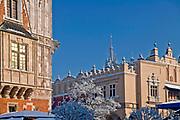 Wieża Ratuszowa i fragment Sukiennice na Rynku Głównym w Krakowie, Polska<br /> Town Hall Tower and the fragment of Cloth Hall on the Main Market Square in Cracow, Poland