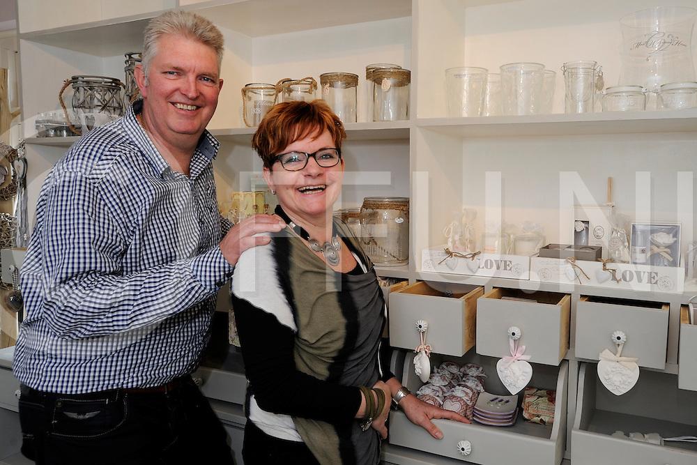 OMMEN - Atelier de Roos..Foto: Wim en Harriet Weitkamp in hun ateliet.FFU PRESS AGENCY COPYRIGHT FRANK UIJLENBROEK.