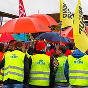 NLD/Amsterdam/20150326 - Protest op Schiphol van KLM medewerkers voor een betere CAO