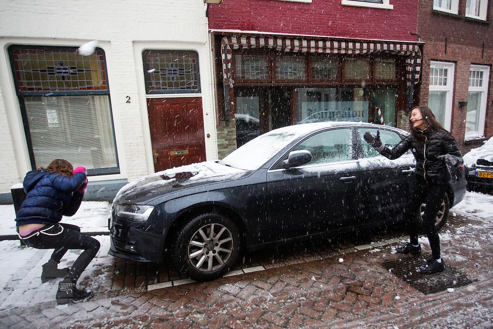 In Utrecht houden twee meisjes een sneeuwballengevecht.<br /> <br /> In Utrecht two girls are having a snowball feight.