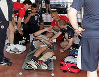 Das Betreuer Team der Nationalmannschaft kuemmert sich um den Verletzten Marco Strller. © Valeriano Di Domenico/EQ Images