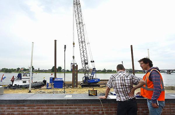 Nederland, Nijmegen, 13-6-2013Een aannemer is begonnen met de eerste werkzaamheden om de damwand van de Waalkade te vervangen. De damwand die de Waalkade tegenhoudt is sinds een jaar geleden aan het verzakken. De waterkering wordt ondergraven door wegspoelend zand. Hij is uit positie en dus instabiel. De kade is afgezet en er mogen geen schepen aanleggen. De waterkering dateert van 1980, 1981.Foto: Flip Franssen/Hollandse Hoogte