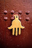 Maroc, Marrakech, Porte dans la Kasbah - Main