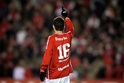 Oscar, do Internacional, comemora após marcar gol durante a partida contra o Atlético Paranaense, válida pelo Campeonato Brasileiro, no Estádio Beira-Rio, em Porto Alegre. FOTO: Jefferson Bernardes/Preview.com