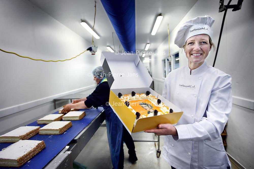 Nederland, Est , 19 april 2013.<br /> Mascha van Mourik banketbakster van het Bankethuis in Est met een taart in haar hand met afbeelding van Maxima op suikerpapier.<br /> Foto:Jean-Pierre Jans