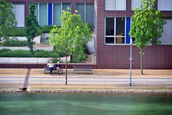 Duitsland, Duisburg, 6-5-2011Een van vroegere de binnenhavens van deze stad is onderdeel van Ruhr 2010. Een industriepark waarbij oude fabrieken en pakhuizen veranderd zijn in plaatsen voor cultuur en horeca. Hier rusten twee ouderen uit op een bank aan het water.Foto: Flip Franssen/Hollandse Hoogte