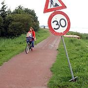 NLD/Huizen/2005005 - Bord met snelgheidslimiet 30 km op het fietspad Gooimeerdijk Huizen