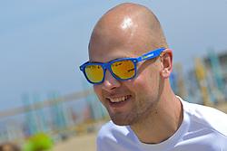 20150627 NED: WK Beachvolleybal day 2, Scheveningen<br /> Nederland heeft er sinds zaterdagmiddag een vermelding in het Guinness World Records bij. Op het zonnige strand van Scheveningen werd het officiële wereldrecord 'grootste beachvolleybaltoernooi ter wereld' verbroken. Maar liefst 2355 beachvolleyballers kwamen zaterdag tegelijkertijd in actie / BvdGF Jeroen