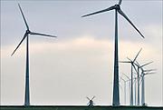 Nederland, Eemshaven, 15-4-2015In het havengebied in noord groningen staan ruim 90 windturbines waarvan de meesten van RWE. Ook een traditionele ouderwetse molen staat in het landschap hetgeen een mooi contrast geeft met de moderne versie.FOTO: FLIP FRANSSEN/ HOLLANDSE HOOGTE