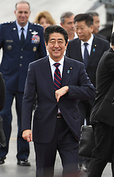 Der japanische Ministerpräsident Shinzo Abe gedenkt der Opfer des Angriffs auf Pearl-Habour von 1941 / 271216 *** Japanese Prime Minister Shinzo Abe arrives in Honolulu on Dec. 26, 2016, for a symbolic visit to Pearl Harbor -- the site of the surprise Japanese attack in 1941 that drew the United States into World War II -- and a final summit with outgoing U.S. President Barack_Obama.