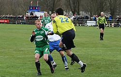 FODBOLD: Målmand Carsten Holbæk (Rishøj) griber ind foran Ronni Andersen (Helsingør) under kampen i Kvalifikationsrækken, pulje 1, mellem Rishøj Boldklub og Elite 3000 Helsingør den 9. april 2007 på Rishøj Stadion. Foto: Claus Birch
