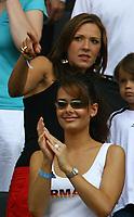Fotball<br /> VM 2006<br /> Tyskland - koner og kjærester<br /> Foto: imago/Digitalsport<br /> NORWAY ONLY<br /> <br /> 20.06.2006 <br /> Nicola (vorn), Freundin von Lukas Podolski applaudiert, während Simone Lambe, Freundin von Michael Ballack (beide Deutschland) Sohn Emilio zeigt, wo es langgeht