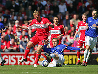 Photo: Andrew Unwin.<br />Middlesbrough v Everton. The Barclays Premiership. 29/04/2006.<br />Everton's Gary Neville (R) looks to tackle Middlesbrough's Ray Parlour (L).