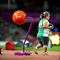 Engeland, Londen, 31-08-2012.<br /> Paralympische Spelen.<br /> Atletiek, Vrouwen, Discuswerpen F40.<br /> Fatiha Mehdi uit Algerije op weg naar de kooi voor een discusworp. Mehdi werd 6e en laatste.<br /> Foto : Klaas Jan van der Weij