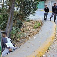 Naucalpan, Mexico.- El cuerpo sin vida de un hombre de aproximadamente 25 años fue encontrado asesinado y sobre el un carton las letras FM a la orilla de un canal ubicado sobre la avenida Recursos Hidraulicos y la calle Sauce en la colonia Los Cuartos II. Agencia MVT / Juan Garcia