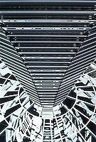 Berlin februar 2012.<br /> Speil og linjer i glasskuppelen på taket av den tyske Riksdagen.<br /> Foto: Svein Ove Ekornesvåg
