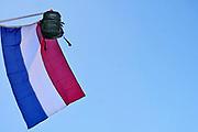 Nederland, Scheveningen, 20-6-2018 Nederlandse vlag schooltas is uitgehangen om te vieren dat het eindexamen is gehaald. Deze week hebben scholieren van het voortgezet onderwijs de uitslag van hun eindexamen gekregen. Bij veel geslaagden gaat traditioneel de vlag uit, met de boekentas aan het einde van de stok. Foto: Flip Franssen