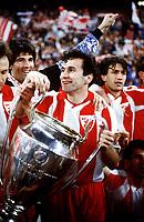 Fotball<br /> Foto: imago/Digitalsport<br /> NORWAY ONLY<br /> <br /> 29.05.1991  <br /> Dejan Savicevic (Roter Stern / Røde Stjerne) hält den Landesmeisterpokal in den Händen