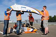 De VeloX 4 wordt klaar gemaakt voor de test. Op de RDW baan in Lelystad wordt getest met de VeloX 4, de fiets van vorig jaar, en voor het eerst ook met de nieuwste fiets, de VeloX V. In september wil het Human Power Team Delft en Amsterdam, dat bestaat uit studenten van de TU Delft en de VU Amsterdam, een poging doen het wereldrecord snelfietsen te verbreken, dat nu op 133,8 km/h staat tijdens de World Human Powered Speed Challenge.<br /> <br /> At the RDW track in Lelystad the team tests wit the VeloX 4 and for the first time with the VeloX V. With the special recumbent bike the Human Power Team Delft and Amsterdam, consisting of students of the TU Delft and the VU Amsterdam, also wants to set a new world record cycling in September at the World Human Powered Speed Challenge. The current speed record is 133,8 km/h.