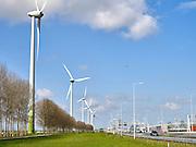Contrast tussen duurzame industrie en vervuilende industrie Windturbine 's bij Europoort, Rotterdam. - Contrast between sustainable industry and polluting industry. Wind turbine near Europort, Rotterdam, Netherlands