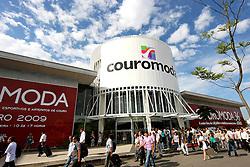 Chegada do público na COUROMODA 2009, maior feira de calçados e acessórios de moda da América Latina, que acontece de 12 a 15 de janeiro, no Parque Anhembi, em São Paulo. FOTO: Jefferson Bernardes / Preview.com