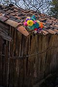 Gorro de disfrazado secándose en el tejado de una casa en Coyolillo.