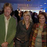 NLD/Tilburg/20060129 - Opening kapsalon John Beerens Tilburg, Aad de Mos met partner Gerarda de Reus en dochter Tessa