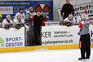 08.Maerz 2012; Rapperswil-Jona; Eishockey NLA - Rapperswil-Jona Lakers - Geneve-Servette HC;<br />  Trainer Chris McSorley (Genf) und Schiedsrichter Marc Wiegand (Thomas Oswald)