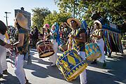 Parade Phénoménale 2019, Montréal. <br /> Avec: la Fée Patsy Van Roost, les fanfares The Van Hornies et Encanto do Boi Estrelado, des échassières, des marionnettes géantes, des mariées en patins à roulette, une douzaine d'organismes communautaires, citoyens ou artistiques et… des centaines de citoyens et citoyennes!<br /> Extravagante, communautaire et non commerciale, la Parade Phénoménale est un évènement biennal et une occupation citoyenne et artistique de l'espace public.