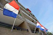 Nederland, Nijmegen, 5-5-2014Nederlandse, Hollandse vlaggen hangen in stok aan appartementen, flats, flatgebouw op bevrijdingsdag. WO II, herdenken einde 2e werldoorlog, bevrijding. Foto: Flip Franssen/Hollandse Hoogte