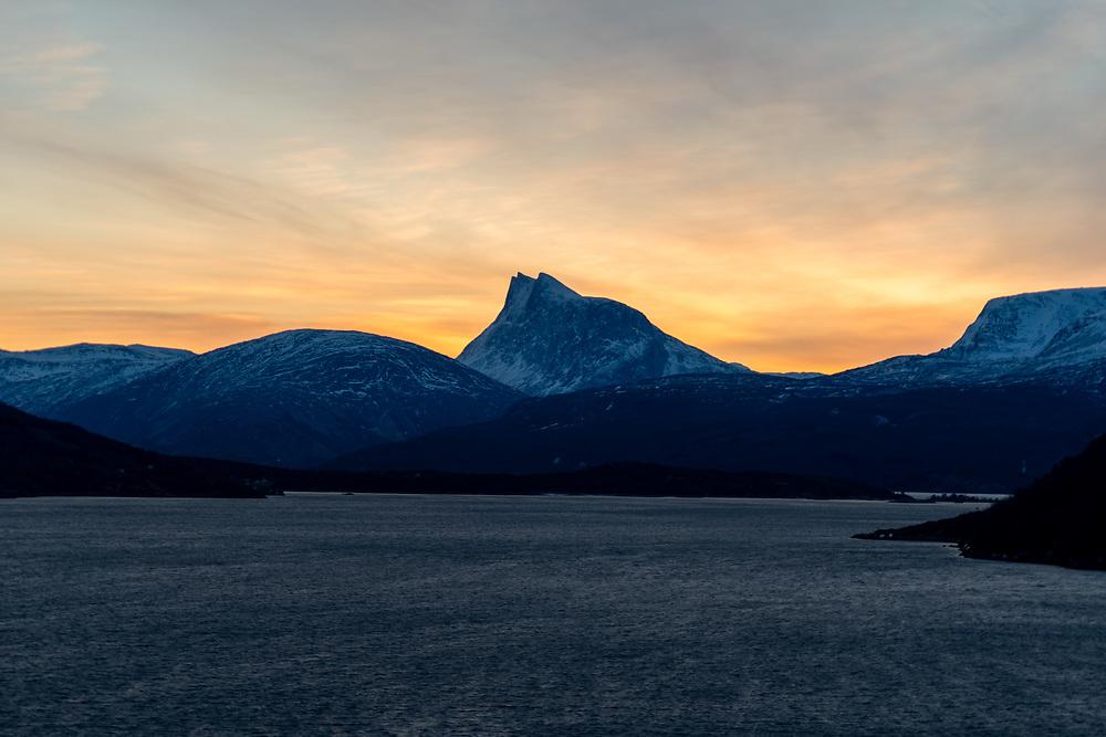 Mørketidslys bak Durmålsfjellet i Skjomen, Narvik.