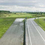 Nederland Delft 17-09-2010 20100917     A4 Delft - Schiedam wordt definitief verlengd,  er  is begin deze maand officieel besloten tot de aanleg van het stuk snelweg waarover zo'n vijftig jaar is gesproken. Rijkswaterstaat en het ministerie van VWS hebben dat laten weten.Over de nieuwe verkeersader wordt al decennialang gesteggeld, vooral omdat de weg het natuurgebied Midden-Delfland doorboort...De zeven kilometer asfalt tussen Delft en Schiedam doorkruist straks verdiept of via een tunnel het natuurgebied tussen de twee steden. Het belangrijkste pluspunt is dat de A13 wordt ontlast. Op rijksweg A13 staat dagelijks de voor de economie schadelijkste file van Nederland. Met het project A4 Delft-Schiedam willen lokale en regionale overheden en het Rijk de problemen rond bereikbaarheid en leefbaarheid op en rond de A13 en de A4 Delft-Schiedam oplossen, ook de bereikbaarheid van de Maasvlakte wordt zo verbeterd. Randstad.  ontlasting wegennet. Midden Delftland. , ruimtelijke omgeving, ruimtelijke ordening, ruimtelijke planning, ruimtelijke visie, ruraal, rurale omgeving, rustiek, rustieke, rustieke omgeving, rustig, rustige, schadelijk, schadelijk voor milieu, schaden, snelweg, snelwegen, spoor, stil, terrein, toekomst, toekomstige plannen, toekomstplannen, tracé, traject, transport, uitgestrektheid, verbinding, verbindingen, vergezicht, vergezichten, verkeer en vervoer, verkeer en waterstaat, verkeersader, verkeersaders, verkeersdruk, verkeersnet, vernieuwing, vervoer, vewezenlijken, weg, wegen, wegenbouw, wegennet, wegnet, wegverbinding, wei, weide, wijds, wijdsheid