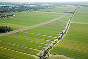 Nederland, Alblasserwaard, Polder Binnentiendsdweg; 04-07-2006; Betuweroute in Westelijke richting (aan de horizon Sliedrecht, links dorpskern Giessendam); de polder wordt doorsneden omdat er ter plaatse van de bebouwing - langs de A15 - geen ruimte is voor de goederen spoorlijn; onder in beeld de Tiendsweg (met gelijknamige molen), de naam verwijst naar de bijbelse belasting (tienden); ruilverkaveling, kavels, waterhuishouding, veenweide, bouw, transport, infrastructuur, verkeer en vervoer, mobiliteit, Betuwlijn, planologie, weiland,landschap; ;uitsnedes of individueegebruik foto's toegestaan; zie ook andere en eerdere (lucht)foto's van deze lokatie; deevan de serie Panorama Nederland ; luchtfoto (toeslag); aerial photo (additional fee required); .foto Siebe Swart / photo Siebe Swart