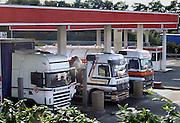 Frankrijk, Snelweg A5, 6-9-2005..Vrachtwagens staan bij een pompstation, tankstation om brandstof, diesel te tanken. Brandstofprijs, dieselprijs, accijns, transport en logistiek, kosten, brandstofkosten, vervoer over de weg,  hoge olieprijs, vrachtvervoer, dieselaccijns...Foto: Flip Franssen/Hollandse Hoogte
