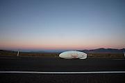 Jan-Marcel van Dijken in de Cygnus Chronos. In Battle Mountain (Nevada) wordt ieder jaar de World Human Powered Speed Challenge gehouden. Tijdens deze wedstrijd wordt geprobeerd zo hard mogelijk te fietsen op pure menskracht. Ze halen snelheden tot 133 km/h. De deelnemers bestaan zowel uit teams van universiteiten als uit hobbyisten. Met de gestroomlijnde fietsen willen ze laten zien wat mogelijk is met menskracht. De speciale ligfietsen kunnen gezien worden als de Formule 1 van het fietsen. De kennis die wordt opgedaan wordt ook gebruikt om duurzaam vervoer verder te ontwikkelen.<br /> <br /> In Battle Mountain (Nevada) each year the World Human Powered Speed Challenge is held. During this race they try to ride on pure manpower as hard as possible. Speeds up to 133 km/h are reached. The participants consist of both teams from universities and from hobbyists. With the sleek bikes they want to show what is possible with human power. The special recumbent bicycles can be seen as the Formula 1 of the bicycle. The knowledge gained is also used to develop sustainable transport.