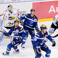 10 Darryl Boyce (Stuermer ERC Ingolstadt), 34 Benedikt Kohl (Verteidiger ERC Ingolstadt), 16 Martin Buchwieser (Stuermer ERC Ingolstadt) vor dem Tor der Krefeld Pinguine<br /> 31 Patrick Galbraith (Spieler Krefeld Pinguine), 41 Timothy Hambly (Spieler Krefeld Pinguine) beim Spiel in der DEL, ERC Ingolstadt (blau) -  Krefeld Pinguine (weiss).<br /> <br /> Foto © PIX-Sportfotos *** Foto ist honorarpflichtig! *** Auf Anfrage in hoeherer Qualitaet/Aufloesung. Belegexemplar erbeten. Veroeffentlichung ausschliesslich fuer journalistisch-publizistische Zwecke. For editorial use only.