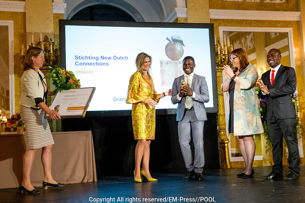 Koningin Maxima reikt Appeltjes van Oranje uit. Met de Appeltjes van Oranje bekroont het Oranje Fonds jaarlijks sociale initiatieven die op succesvolle wijze groepen mensen verbinden. <br /> <br /> Queen Maxima awards the Apples of Orange. The Apples of Orange honors the Oranje Fonds social initiatives annually that connect groups of people successfully.<br /> <br /> Op de foto / On the photo: Koningin Maxima reikt een Appeltje van Oranje uit aan de Stichting New Dutch Connections <br /> <br /> Queen Maxima reaches a Appeltje of Orange from the Dutch Foundation for New Connections