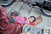 mother with child at street market, Peshawar, Old city, Khyber Pakhtunkhwa, Pakistan // Pakistan, Khyber Pakhtunkhwa, Peshawar, vieille ville, marchande de bracelet avec son enfant