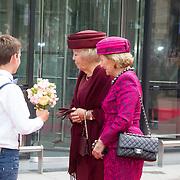 NLD/Amsterdam/20150923- Prinses Beatrix en Koningin Sonja van Noorwegen openen Munch-expo van de Noorse kunstenaar Evard Munchin in het van Gogh Museum, Koningin Sonja en prinses Beatrix krijgen bloemen aangeboden