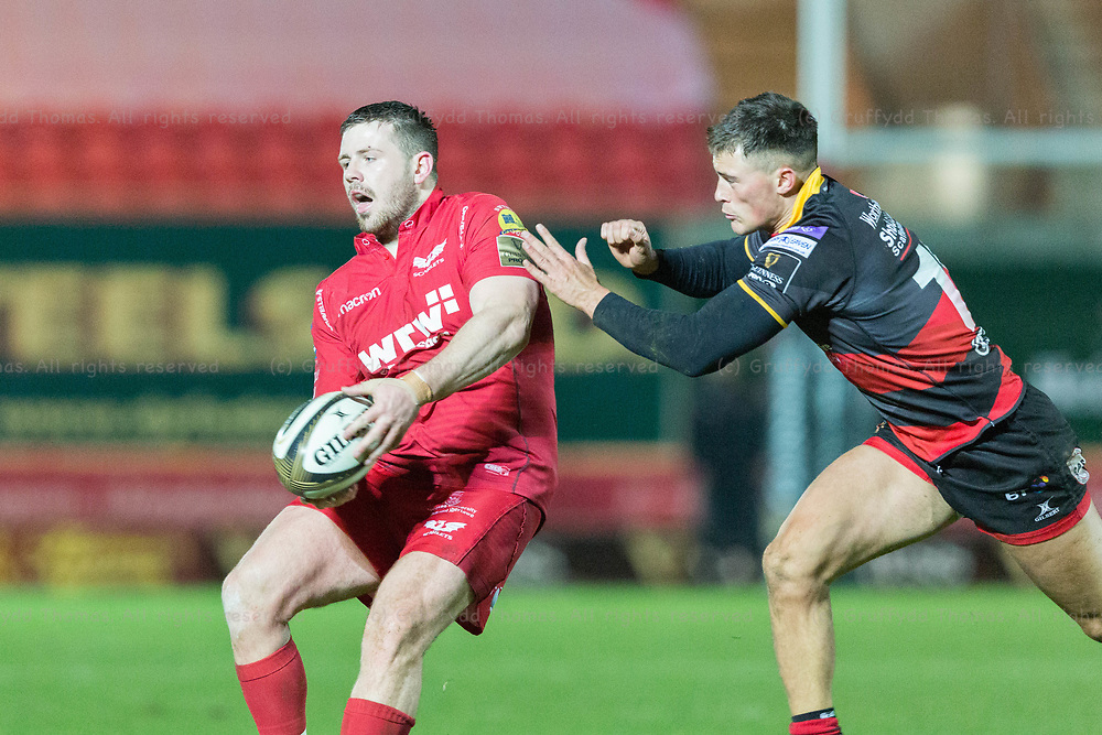 Parc y Scarlets, Llanelli, Wales, UK. Friday 5 January 2018.  Scarlets loosehead prop Rob Evans passes in the Guinness Pro14 match between Scarlets and Newport Gwent Dragons.