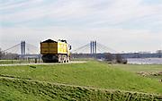 Nederland, Dodewaard, 14-2-2019Een vrachtwagen rijdt met hoge snelheid over de dijk, waalbandijk .Foto: Flip Franssen