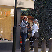 NLD/Laren/20070406 - Bartina Koeman - Borderveld en dochter Debbie winkelend in Laren ontmoeten Marco Borsato