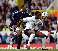 Fotball<br /> Premier League 2004/05<br /> Tottenham v Newcastle<br /> 10. april 2005<br /> Foto: Digitalsport<br /> NORWAY ONLY<br /> Spurs's Ledley Kingand Newcastle's Shola Ameobi battle for the ball