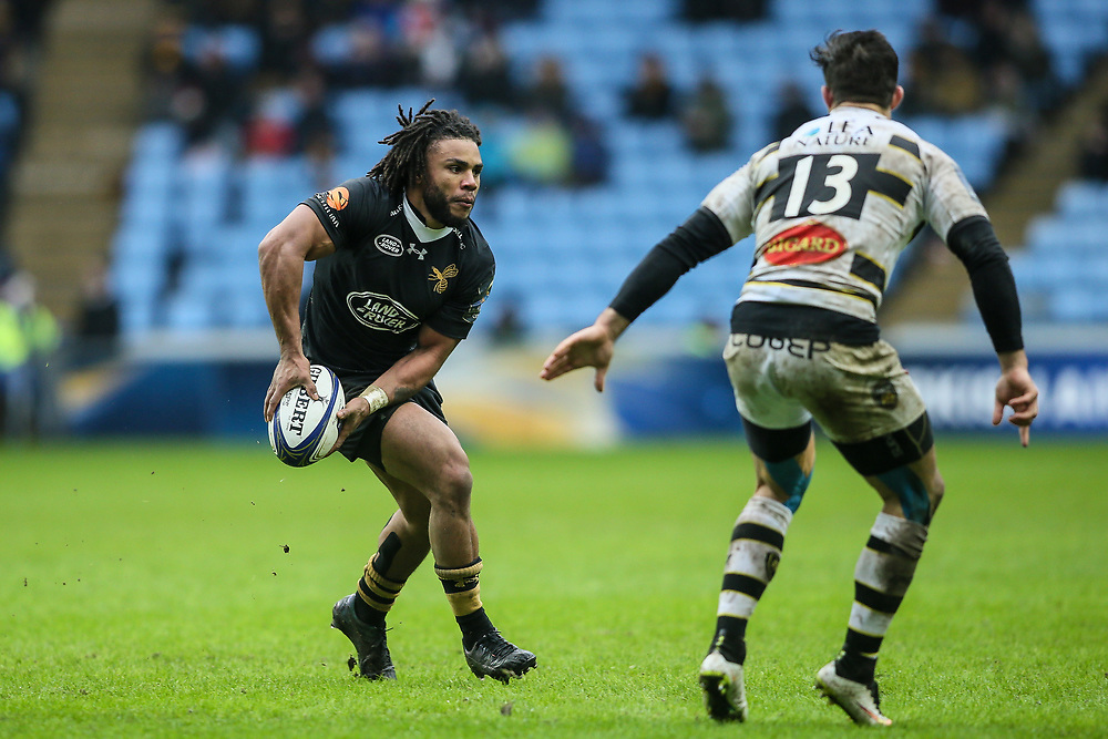 Wasps' Kyle Eastmond offloads <br /> Photographer Andrew Kearns/CameraSport<br /> <br /> European Rugby Champions Cup Pool 1 - Wasps v La Rochelle - Sunday 17 December 2017 - Ricoh Arena - Coventry<br /> <br /> World Copyright © 2017 CameraSport. All rights reserved. 43 Linden Ave. Countesthorpe. Leicester. England. LE8 5PG - Tel: +44 (0) 116 277 4147 - admin@camerasport.com - www.camerasport.com